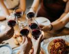 Monetizando a culpa branca: virtude sinalizando que as mulheres pagam US $ 5.000 pelo jantar para serem envergonhadas por sua brancura