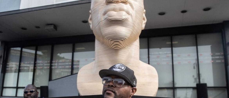 A enorme escultura da cabeça de George Floyd no Brooklyn divide opiniões ao ser revelada para marcar o décimo terceiro mês (FOTOS)