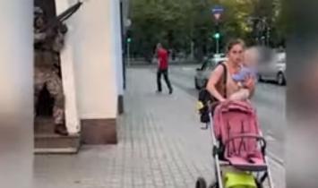 LOUCURA:  Exército da Letônia realiza exercícios de tiro em ruas movimentadas