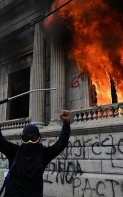 Manifestação acordada por artistas e grupos esquerdistas ateiam fogo no congresso na Guatemala.