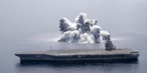 A Marinha dos EUA detonou explosivos ao lado de seu novo porta-aviões para ver se o navio aguenta o choque (VÍDEO)