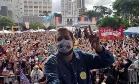Após criticar aglomerações e reunir multidão em campanha, Boulos é diagnosticado com COVID-19