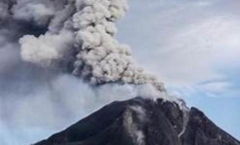 Indonésia entra em alerta máximo com a erupção do vulcão Lewotolo.