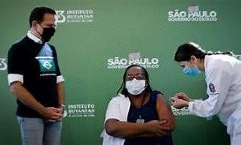 Dória desrespeita protocolo e inicia a vacinação em São Paulo.