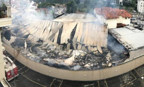 Casa de festas atingida por incêndio em Niterói fica quase totalmente destruída