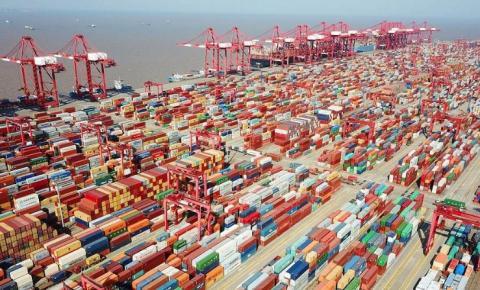 Novo surto de COVID acomete província da China e causa colapso nos principais portos do país