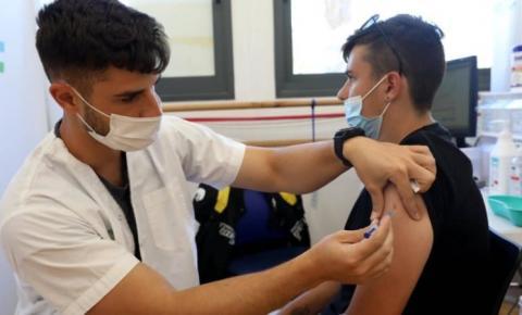 Aluno vacinado infecta dezenas de pessoas em Israel