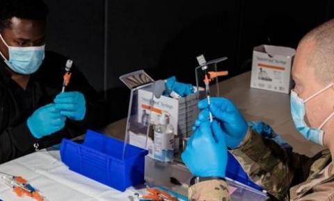 Fauci defende vacinas enquanto pesquisas mostram que anticorpos não protegem contra delta