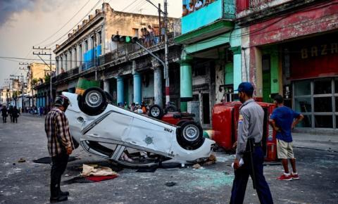 'Liberdade, comida, vacinas!' Protestos em massa em Cuba apoiados por funcionários dos EUA enquanto o presidente exorta seus partidários a desafiar a 'interferência estrangeira'