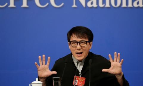 Jackie Chan sofre golpes de caratê nas redes sociais após expressar o desejo de ingressar no Partido Comunista da China