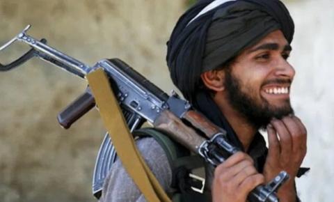 Grávida americana chutada no estômago pelo Talibã depois de esquecida por Biden