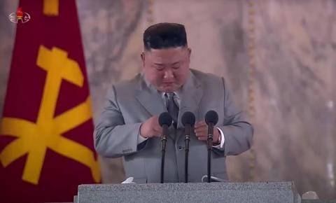 Kim Jong Un chora e se arrepende por ter priorizado o armamento no lugar da economia.