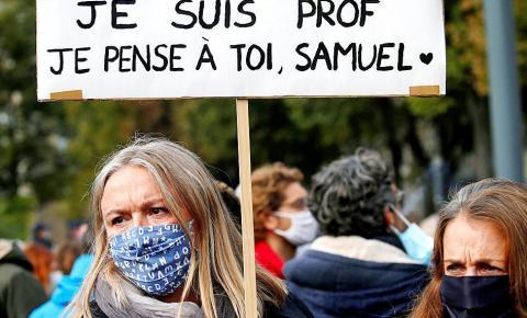 Professor é decapitado na França, por mostrar aos alunos desenhos animados do Profeta Maomé, causando protestos em todo o país.