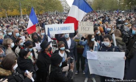 França: Operações policiais em andamento após a decapitação do professor